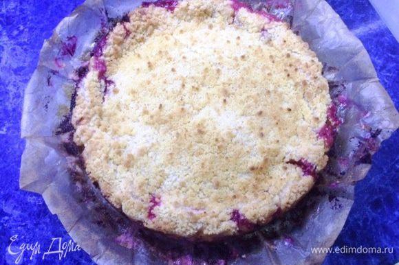 Испеченный пирог, вынимаем из духовки, охлаждаем его полностью не вынимая из формы. Также в форме отправляем пирог в холодильник для окончательного охлаждения (у меня ночь простоял).