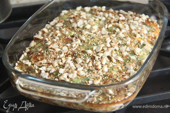 Готовый омлет посыпать смесью арахиса-кунжута.