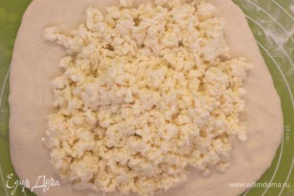 Колобок слегка раскатать, выложить на него имеретинский сыр.