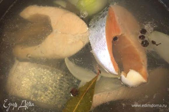 Аккуратно опустить рыбу и варить до готовности.
