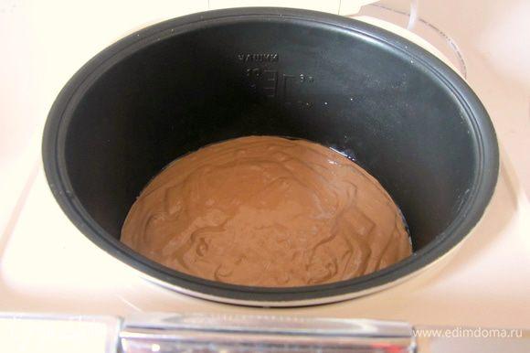 Чашу мультиварки смазать маслом, вылить тесто.