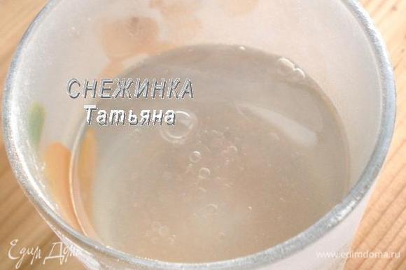 В горячую воду добавляем растительное масло.