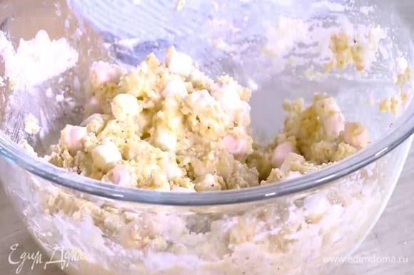 Часть взбитых белков ввести в тесто, перемешать, затем влить молоко и еще раз перемешать.