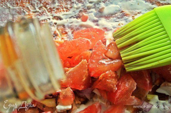 С помощью кисточки смазать начинку соевым соусом.