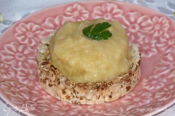Выложить на свежий белый хлеб колечки кабачков, сверху разваренную часть, украсить петрушкой. Готово! Приятного аппетита!