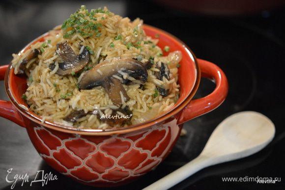 В готовое блюдо добавить 1 ст.л масла, пармезан. Посыпать нарезанным шнитт-луком. Перемешать и подаем к столу. Приятного аппетита!