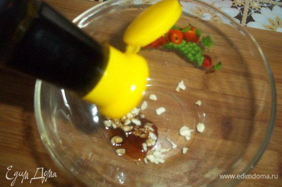 Чеснок измельчим и смешаем с соевым соусом.