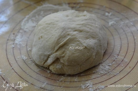 Припылить рабочую поверхность мукой, у меня ушло примерно 1/2 стак. Достать тесто из хлебопечки. Обмять с мукой.