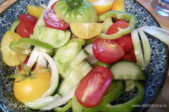 Для соуса смешать светлый бальзамический уксус с сахаром, солью, перцем. Добавить соус табаско, перемешать, чтобы растворить соль и сахар в соусе. Добавить оливковое масло и взбить до консистенции эмульсии. Выложить овощи в салатницу.