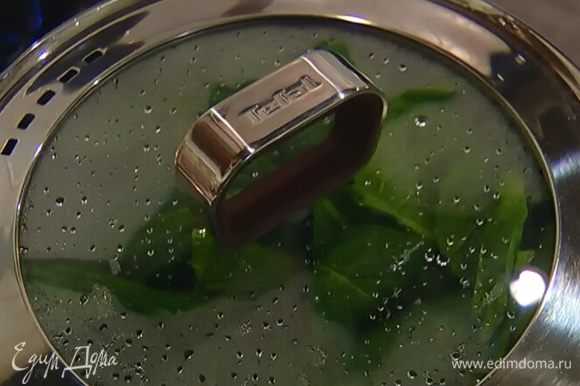 Разогреть в кастрюле оливковое масло и обжарить чеснок до золотистого цвета, затем добавить отваренный шпинат, перемешать и влить растительное масло.