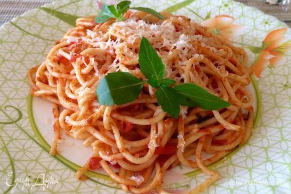 Готовое блюдо посыпать сверху тертым сыром и сбрызнуть оливковым маслом.