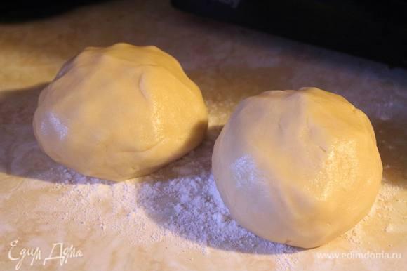 Замешиваем тесто, делим на 2 части.