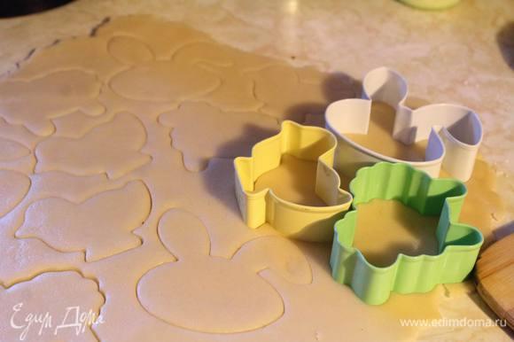 Раскатываем и вырезаем формочки. В зависимости от желаемого результата будет толщина раскатаного теста. Чем толще — тем менее сухими будут коржики.