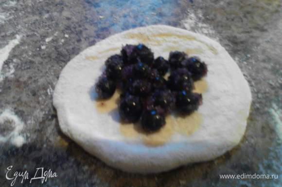 Раскатываем тесто и выкладываем на него ягоды.