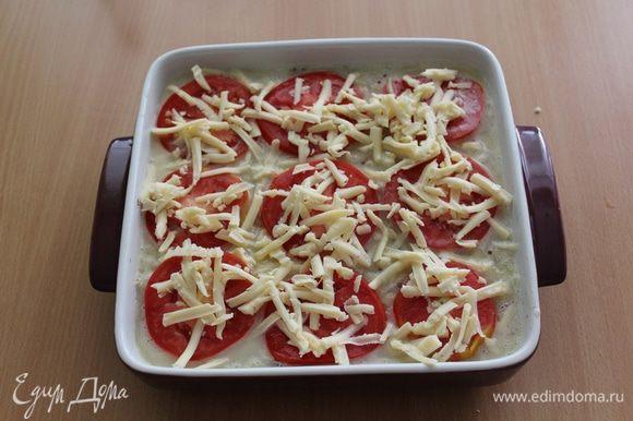 Сверху уложить кружочки помидора и посыпать сыром.