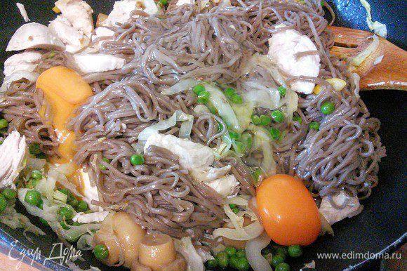 Добавляем лапшу, куриное мясо к овощам, заливаем яйцами. Заправляем соевым соусом (возможно его понадобится больше), соком лайма и приправой «5 специй».