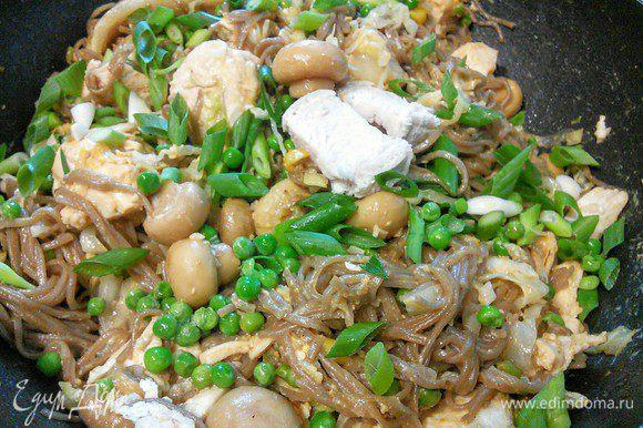 Перемешиваем. Подаем, посыпав зеленым луком и орешками (я про орешки забыла). Приятного аппетита!
