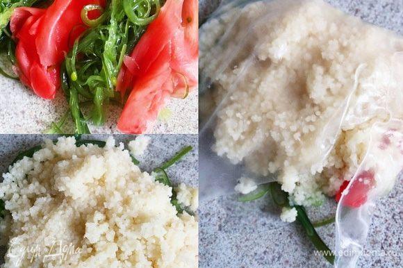 Подготовить рисовую бумагу — опустить в холодную воду на 1-2 секунды, затем вынуть и разложить на доске. Сверху выложить яркую начинку (у меня — чука+имбирь и помидоры+грибы+морковка), чтобы ее было видно сквозь полупрозрачную рисовую оболочку, на нее — кускус или макароны и аккуратно завернуть все в бумагу.