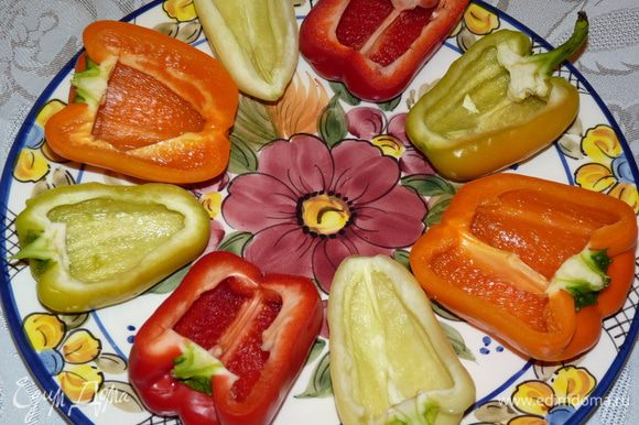 Болгарский перец вымыть, разрезать вдоль на две половины. Очистить от семян и перепонок.