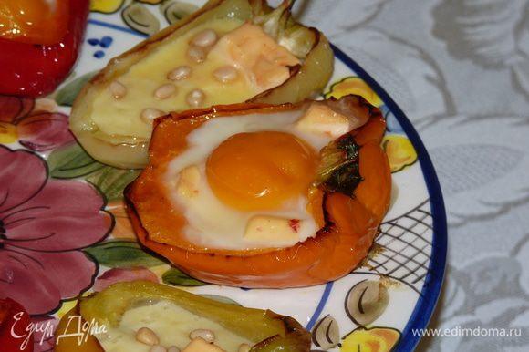 Запечь «яичные лодочки» пару минут, пока яйца не схватятся.