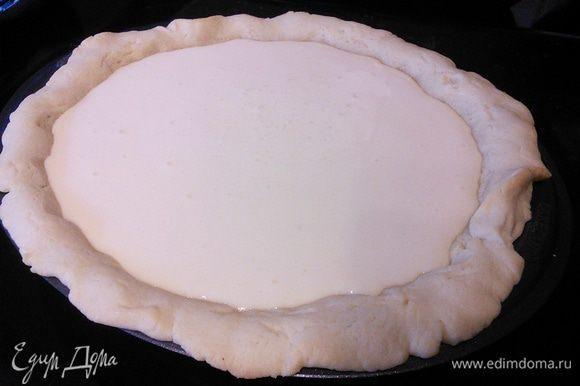 Крем вылить в форму, уменьшить температуру в духовке до 160°С и выпекать чизкейк 30 — 35 — 40 мин. Если чизкейк начнет сильно румянится, накрыть пергаментной бумагой. Готовый чизкейк полностью охладить. Когда он остынет, начинка уплотнится.