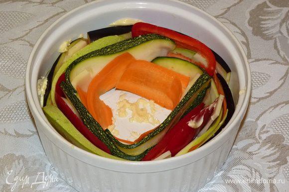 Промыть баклажаны, кабачки и цукини, немного просушить на полотенце. Уложить в форму поочередно, немного уплотняя к стенкам формы. Места стыковки «склеиваем» сыром.
