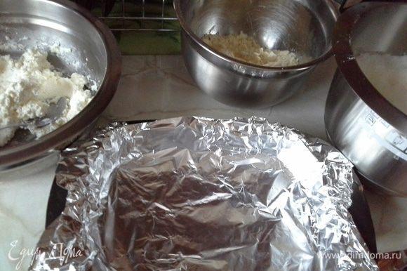 Яйца отделить. Желтки + сахар перемешать венчиком + рас. масло перемешать + кефир+ муку + разрыхлитель, и все тщательно перемешиваем. Отдельно взбить с солью белки до пиков и ввести в массу, все перемешать аккуратно, тесто должно быть густоватое (возможно муки потребуется больше).