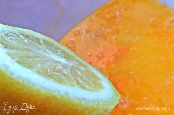 Выжать ложку сока из лимона.