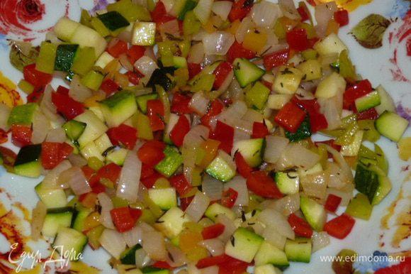 На растительном масле обжарить тимьян, добавить лук и жарить 5 мин до прозрачности лука. Добавить перец и жарить еще 5 мин, помешивая. Добавить цукини и жарить 3 — 4 минуты.