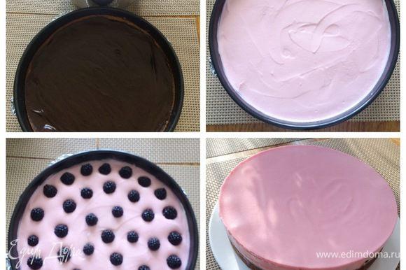 Собираем торт. На застывший корж с шоколадом выкладываем часть творожной начинки, сверху укладываем ежевику (количество регулируем по своему вкусу). Затем покрываем оставшейся творожной начинкой, разравниваем и отправляем в холодильник до полного застывания (у меня ночь простоял). Для того, чтобы аккуратно торт извлечь из формы и бока остались целыми, воспользуемся феном. Обдуваем немного форму и вынимаем торт.