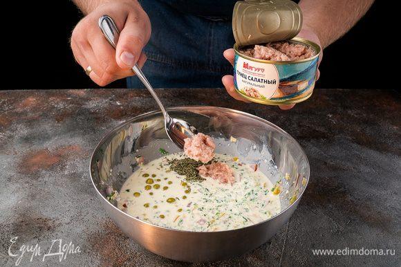 Тунец из банки переложить в начинку вместе с горошком и тимьяном.