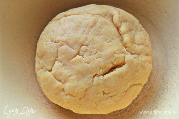 Колобок теста ставим в холодильник на несколько минут. Тесто такое вкусное, что можно увлечься им уже в сыром виде.