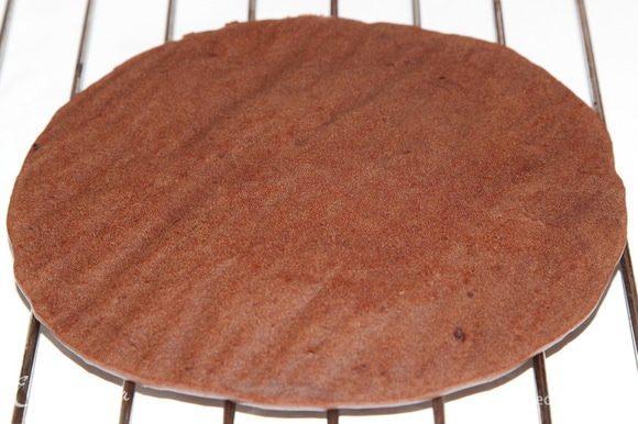 Готовый бисквит остужаем на решетке полностью, затем упаковываем в пленку и убираем в холодильник ждать своего часа