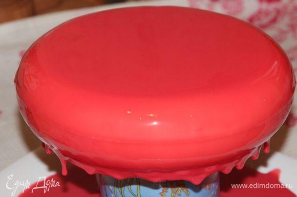 Я взяла большую чистую тарелку, перевернула на нее вверх донышком высокую чашку и поставила на нее торт. Теперь глазурью поливаем сначала бока торта и затем выливаем всю глазурь на середину торта. Вся лишняя глазурь стечет. Когда уже все — она перестанет стекать и будут висеть вот такие нити.