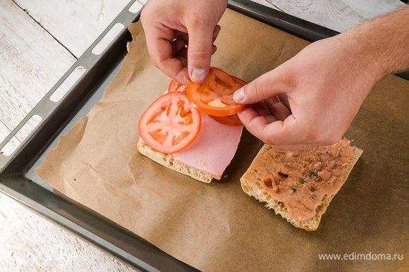Нарезаем лук кольцами, колбасу, помидоры, сыр и раскладываем на хлеб.