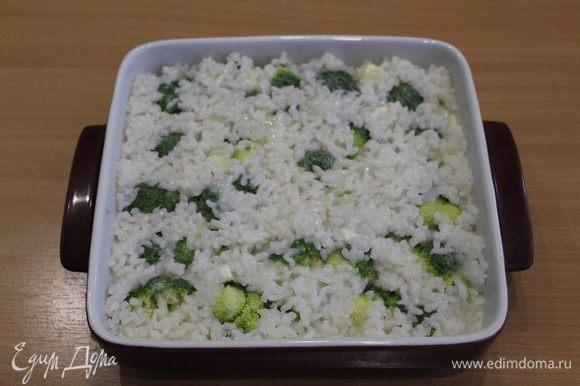 Отдельно смешайте яйца с молоком и солью, залейте запеканку.