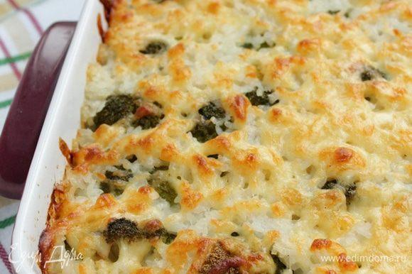 Готовьте запеканку в духовом шкафу при 180°С 30 минут. За 10 минут до готовности посыпьте запеканку тертым сыром и запекайте до золотистой корочки.