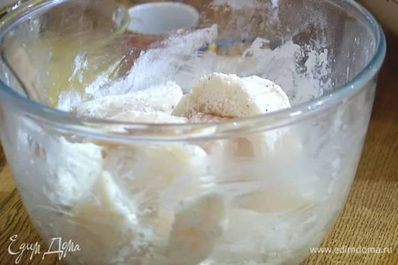 Крахмал перемешать с солью и перцем и обвалять в этой смеси кусочки рыбы.