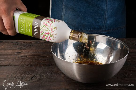 В миску разбиваем яйца, вливаем соевый соус, кунжутное масло, добавляем мед, перец и соль по вкусу, обязательно попробуйте, чтобы не пересолить.