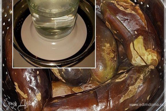 Сложить баклажаны в дуршлаг, накрыть тарелкой и поставить сверху не очень тяжелый гнет. Чтобы ягоды не помять, но влагу излишнюю выдавить.