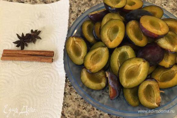 Сливы лучше брать сорта «Венгерка». В рецепте указан вес слив без косточек.