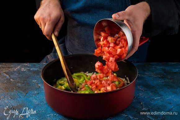 Помидоры нарезать на кусочки. Добавить к овощам томат, обжарить вместе, теперь помидоры, соль, перец, паприку и сахар. Также перемешать все.