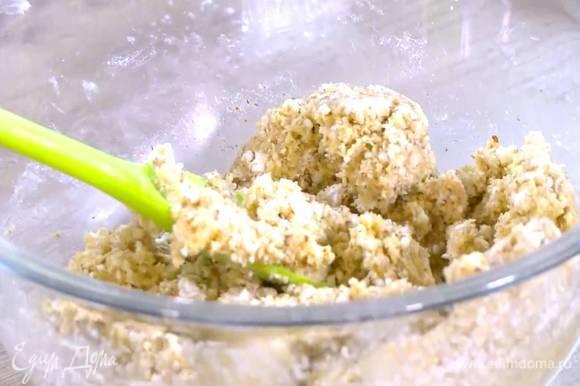 Сливочно-сахарную массу добавить к миндалю с творогом и вымешать однородное тесто.