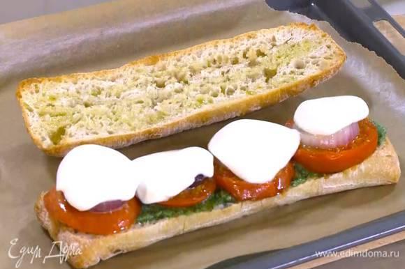 Обе половинки чиабатты поместить на противень, выстеленный бумагой для выпечки, и запекать под разогретым грилем 2 минуты.