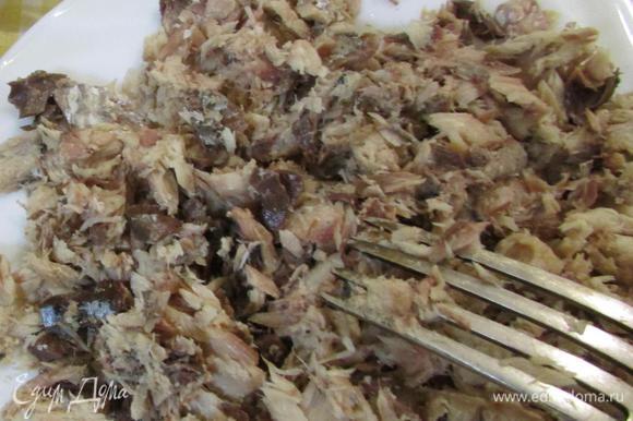 Открыть рыбные консервы, слить жидкость, отделить от костей. Рыбу размять вилкой.