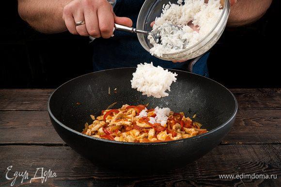 В готовую смесь высыпаем рис, тщательно перемешиваем и на большом огне обжариваем.