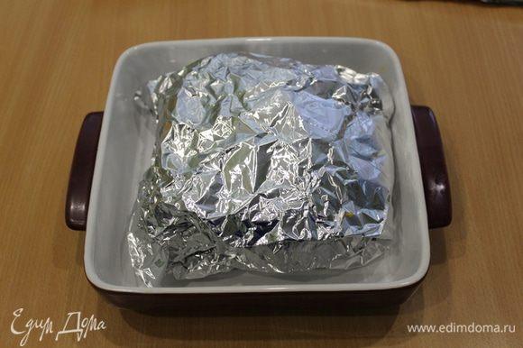 Завернуть в фольгу, но не плотно. Запекать в духовке 30 минут при 240°С, затем 1 час при температуре 220°С. По истечении времени мясо достать из духовки. Дать постоять 15 минут в фольге, не открывая. Затем раскрыть, нарезать на кусочки.