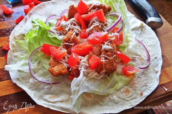 Положить листья салата, сверху курицу.