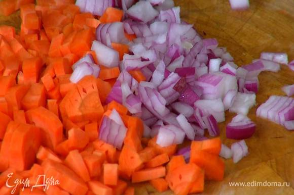 Морковь и красную луковицу почистить и нарезать маленькими кубиками.