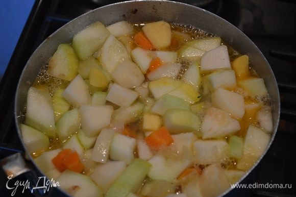 Кладем кабачок, картофель обжариваем пару минут добавляем яблоко и обжариваем еще пару минут. Заливаем кипятком так, чтобы вода еле покрывала овощи. Тушим 30 минут.